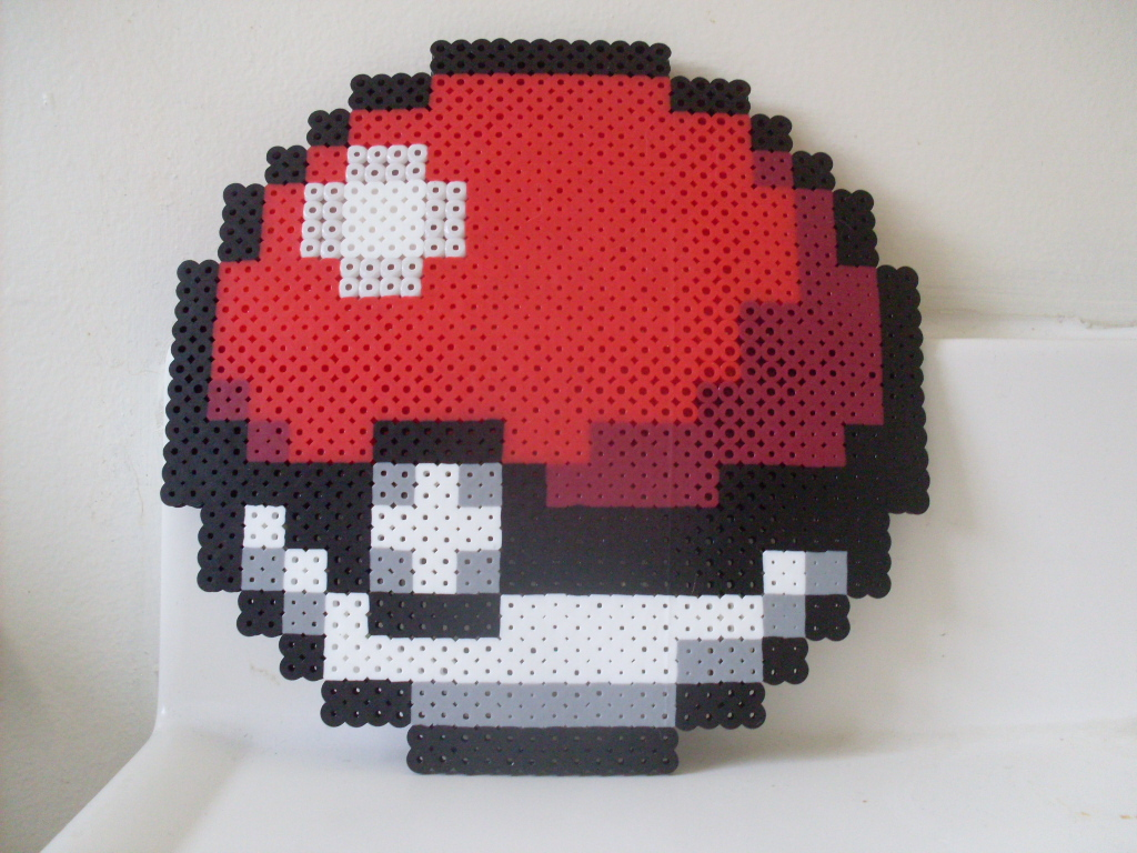 pokemon___large_perler hama_bead_pokeball_by_heatbish-d6einr4