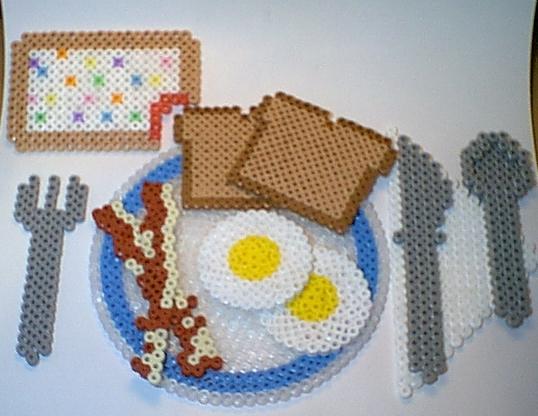 petit dejeuner dinette en perles hama oeufs sur plat bacon